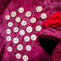Rune set intagliate a mano in legno di abete